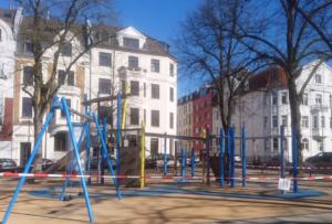 Leere Spielplätze trotz strahlendem Sonnenschein